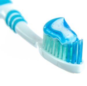 Weiße Zähne mit Zahnpasta