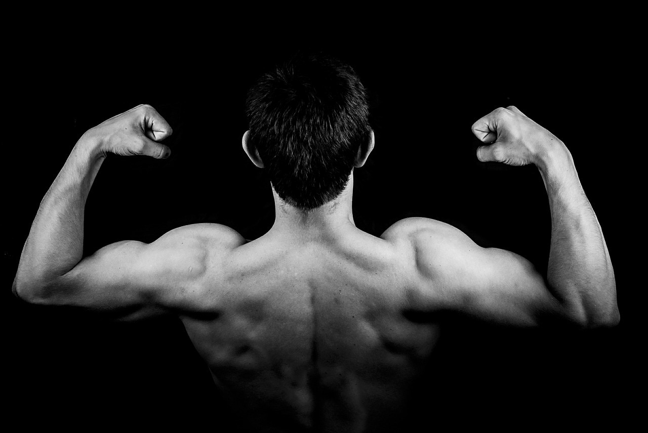 Muskulöse Arme anspannen