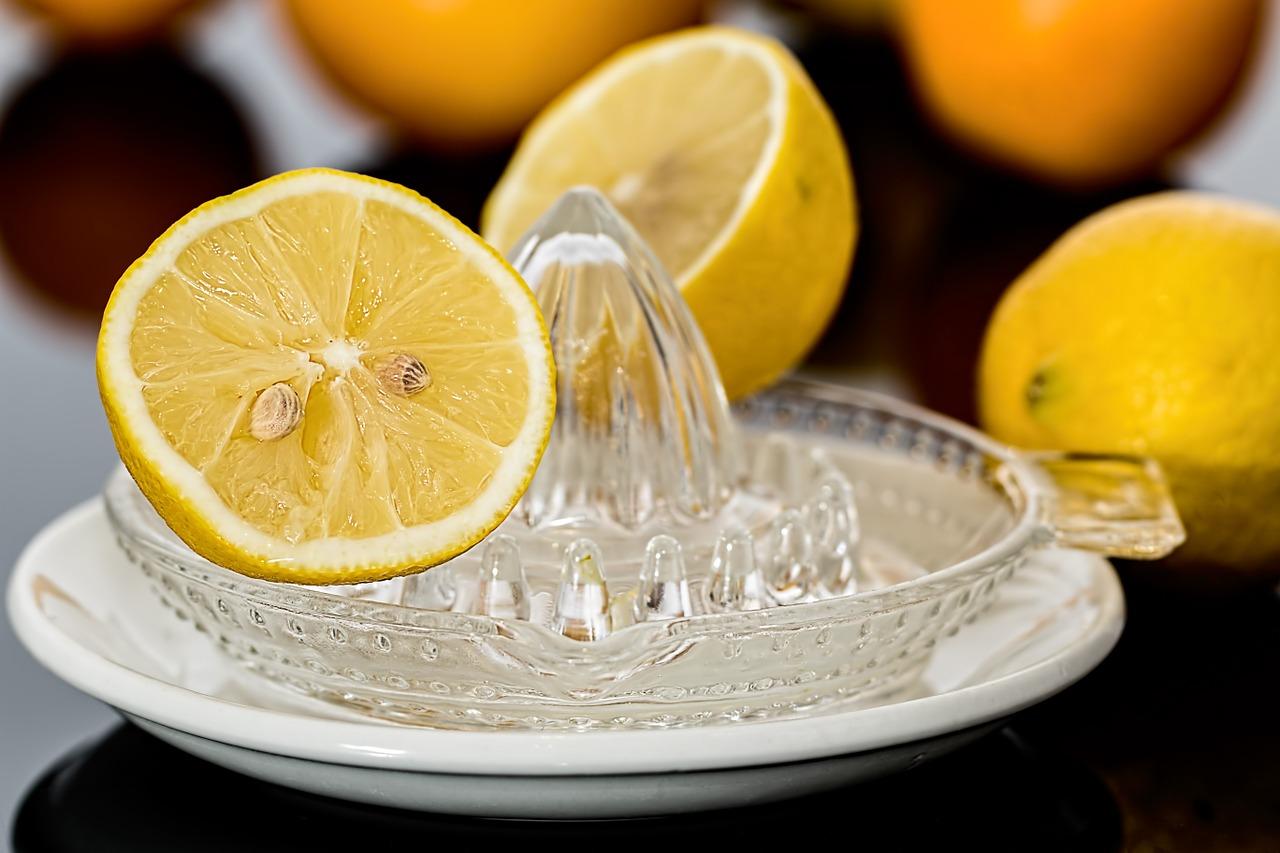 Zitronenpresse mit Zitronen